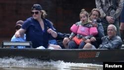 Người dân đi thuyền để sơ tán khỏi khu vực lũ lụt khi trận bão Harvey quét qua khu vực phía tây của Houston, Texas, hôm 30/8.