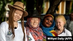 Des albinos à Dar es Salaam, Tanzanie.