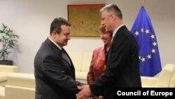 Srpski premijer Ivica Dačić rukuje se sa premijerom Kosova Hašimom Tačijem, u prisustvu visoke predstavnice EU Ketrin Ešton