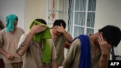 因在津巴布韦住所查获犀牛角被捕的七名中国公民1月3日首次在维多利亚瀑布地方法院出庭。离开法庭时,他们中有人为避开摄像机用毛巾遮盖脸部