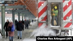 图为芝加哥地铁工作人员在清除积雪(2018年2月9日)