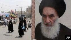 Peziarah Syi'ah berjalan menuju kuil Imam Moussa al-Kadhim, melewati poster pemimpin spiritual Syiah Ayatollah Ali al-Sistani (kanan), di Baghdad, Irak, 22 Mei 2014. (Foto: dok).