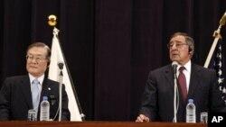 کنفرانس خبری مشترک لئون پانه تا، وزیر دفاع آمریکا (راست) و ساتوشی موریموتو، وزیر دفاع ژاپن (چپ) در توکیو