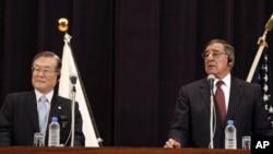 Američki sekretar za odbranu Lion Paneta (D) i njegov japanski kolega Satoši Morimoto na konferenciji za novinare u Tokiju