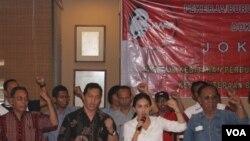 Rieke Diah Pitaloka bersama elemen buruh di Surabaya, mendeklarasikan dukungan untuk Jokowi sebagai Presiden, Rabu, 30 April 2014 (Foto: VOA/Petrus Riski)