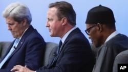 12일 영국 런던에서 개최된 반부패 정상회의에서 데이비드 캐머런 영국 총리가 발언하고 있다. 왼쪽은 존 케리 미 국무장관, 오른쪽은 무함마드 부하리 나이지리아 대통령.