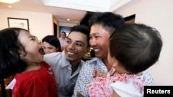 Reuters muhabirleri Wa Lone ve Kyaw Soe Oo hapishane çıkışında meslektaşları ve aileleri tarafından karşılandılar.