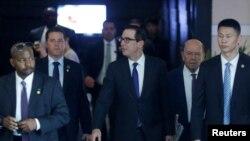 美国财政部长姆努钦和商务部长罗斯等美国谈判代表团成员离开北京的酒店(2018年5月4日路透社)