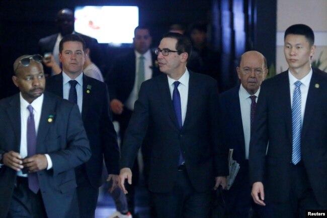 美國財政部長努欽和商務部長羅斯等美國談判代表團成員離開北京的酒店(2018年5月4日)