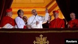 新教宗方濟一世在聖伯多祿大教堂的露台上露面
