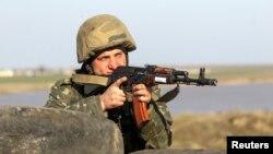 Một binh sĩ Ukraine làm nhiệm vụ gần làng Salkovo ở vùng Kherson 15/3/2014