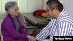 북한에 억류 중인 한국계 미국인 케네스 배(한국명 배준호)씨의 어머니 배명희 씨가 11일 평양의 한 병원에서 아들을 만났다.