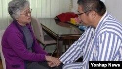북한에 억류 중인 한국계 미국인 케네스 배(한국명 배준호)씨가 11일 평양을 방문한 모친 배명희씨를 만났다.