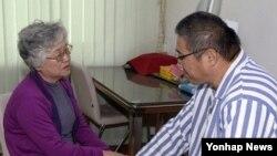 Bà Myunghee Bae gặp ông Kenneth Bae tại một khách sạn ở Bình Nhưỡng, ngày 11/10/2013.