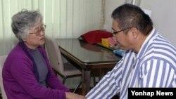 북한에 억류 중인 한국계 미국인 케네스 배(한국명 배준호)씨가 지난해 10월 평양을 방문한 모친 배명희씨를 만났다.