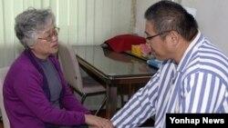 지난해 10월 배명희 씨(왼쪽)가 평양을 방문해 억류 중인 아들 케네스 배(한국명 배준호)씨를 만났다. (자료사진)