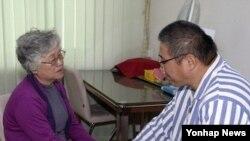 Warga AS Kenneth Bae (kanan) yang berada dalam tahanan Korea Utara, saat dikunjungi oleh Ibunya, Myunghe Bae (11/10) lalu.