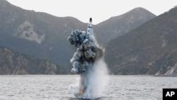 Một phi đạn đạn đạo chiến lược được phóng thử nghiệm từ tàu ngầm trong một bức hình không đề ngày tháng do thông tấn xã KCNA của Bắc Triều Tiên công bố ở Bình Nhưỡng, ngày 24 tháng 4, 2016.