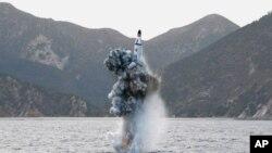 Một phi đạn đạn đạo được phóng thử nghiệm từ tàu ngầm trong một bức hình không đề ngày tháng do thông tấn xã KCNA của Bắc Triều Tiên công bố ở Bình Nhưỡng, ngày 24 tháng 4, 2016.