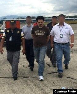 移民海关局探员逮捕危地马拉籍的逃犯 ( ICE image )
