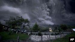 Asap bergulung ke udara menyusul letusan gunung berapi Colima, dekat kota Comala, Meksiko (10/7). (AP/Sergio Tapiro Velasco)