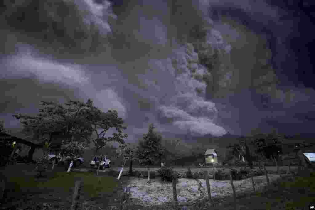 خاکستر برخاسته از طغیان دهانۀ آتشفشانی کولیما در مکسیکو، باز شدن این دهانه خاکستر را به ارتفاع بیش از هفت کیلومتر به هوا بلند کرد.