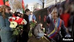 3月6日明斯克民众在委内瑞拉使馆前献花