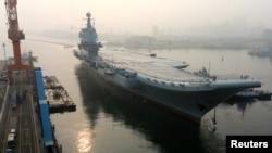 中国第一艘国产航空母舰星期天从大连造船厂码头启航海试。(2018年5月13日)