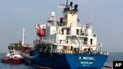 متحدہ عرب امارات کی جانب سے جاری کی جانے والی تصویر جس میں حملے کا نشانہ بننے والا اماراتی جہاز کھلے سمندر میں لنگر انداز ہے۔