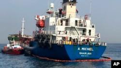 Foto dari Dewan Media National Uni Emirat Arab memperlihatkan tanker berbendera Uni Emirat Arab, A. Michel, di lepas pantai Fujairah, Uni Emirat Arab, 13 Mei 2019.
