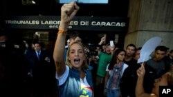 """Lilián Tintori, esposa del encarcelado líder opositor Leopoldo López, gritaba """"Libertad, Libertad"""" durante una protesta frente a la Defensoría del Pueblo en Caracas, Venezuela, el lunes, 18 de enero de 2016."""