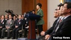 박근혜 한국 대통령이 취임 1주년인 25일 청와대 춘추관 기자회견장에서 경제혁신 3개년 계획 대국민 담화를 하고 있다.
