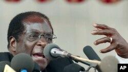 Le président zimbabwéen Robert Mugabe prend la parole lors d'un enterrement à Harare, au Zimbabwe, le 28 août 2005.