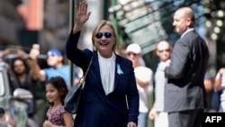 11일 9·11테러 15주기 행사장에서 조기 퇴장했던 힐러리 클린턴 민주당 대통령 후보가 뉴욕 시내 딸의 아파트에서 휴식을 취하고 나오면서 손을 흔들고 있다.