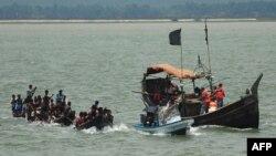 Pejabat Penjaga Pantai Bangladesh di Teknaf, mencegat kapal yang membawa Muslim Rohingya dari Myanmar, saat mencoba menyeberangi sungai Naf ke Bangladesh untuk menghindari kekerasan sektarian, 18 Juni 2012. (Foto: dok).