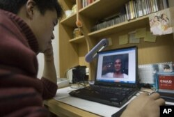 北大学生在电脑上看美国喜剧