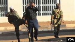 Isotsha likhahlela umuntu eHarare ngosuku kudutshulwa abayisitshupha abafela emigwaqweni. (AP Photo/Tsvangirayi Mukwazhi)