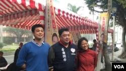 吾尔开希在台湾立法院外与返台的美籍台湾青年交谈。(美国之音萧洵摄影)
