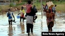 Des personnes traversent une partie de Pemba, une ville qui reste inondée sur la côte nord-est du Mozambique, le 2 mai 2019.