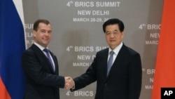 中國國家主席胡錦濤(右)3月28日在新德里與俄羅斯總統梅德韋傑夫握手