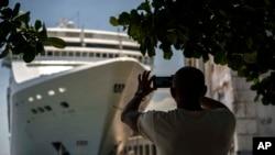 Seorang pria mengabadikan kapal pesiar di pelabuhan Havana, Kuba, 17 Juni 2017.