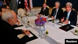 미국의 존 케리 국무장관과 이란의 무함마드 자바드 자리프 외무장관이 13일, 오스트리아 빈에서 열린 이란 핵 문제 해결을 위한 회담에서 의견을 교환하고 있다.