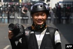 Fotografer Associated Press Thein Zaw melaporkan kudeta anti-militer di Yangon sehari sebelum penangkapannya, 26 Februari 2021. (Foto: dok).