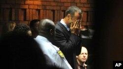 Oscar Pistorius, 26 ans, a laissé tomber son visage dans ses mains en entendant son inculpation.