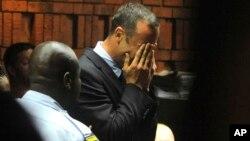 """El """"Blade Runner"""" sudafricano, Oscar Pistorius pierde la compostura en un juzgado de Pretoria."""