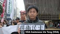 參與遊行的台灣人黃先生擔心服貿會令台灣社會進一步分化 (美國之音湯惠芸拍攝)