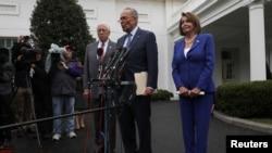 众议院议长佩洛西、参议院少数党领袖舒默和众议院多数党领袖霍耶在白宫会晤美国总统特朗普后与媒体谈话。(2019年10月16日)