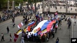 五月一日,數千名俄羅斯工會成員在莫斯科紅場舉行了盛大的國際勞動節慶祝遊行活動。遊行者手中揮舞著國旗,或牽著彩色氣球,更有不少人舉著支持總統普京的標語牌。