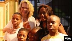 La embajadora Phyllis Powers fue la anfitriona de jóvenes participantes de programas juveniles del Municipio de Panamá.