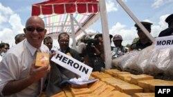 Ông Ross Dunkley, nhà xuất bản báo Myanmar Time, chụp ảnh trong buổi lễ tiêu hủy ma túy tịch thu được ở Miến Ðiện